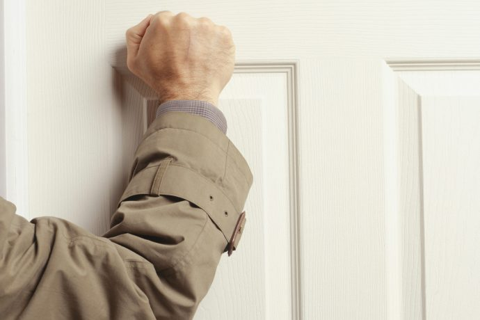 Мужчина стучится в дверь