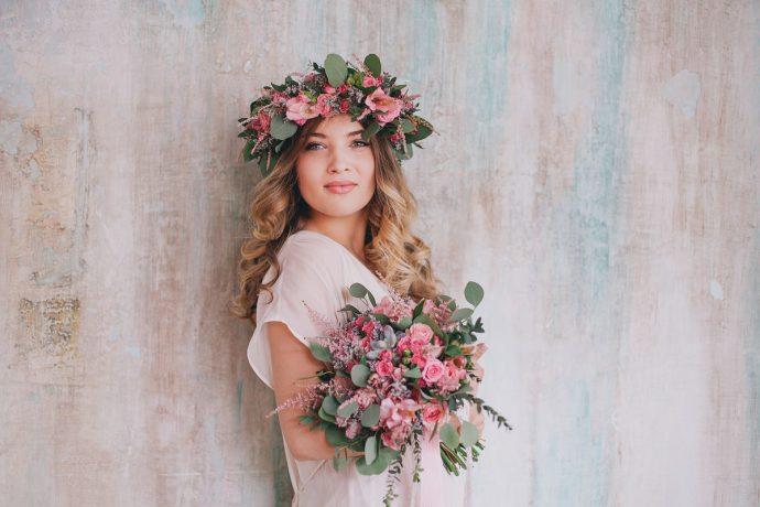 Девушка с букетом цветов