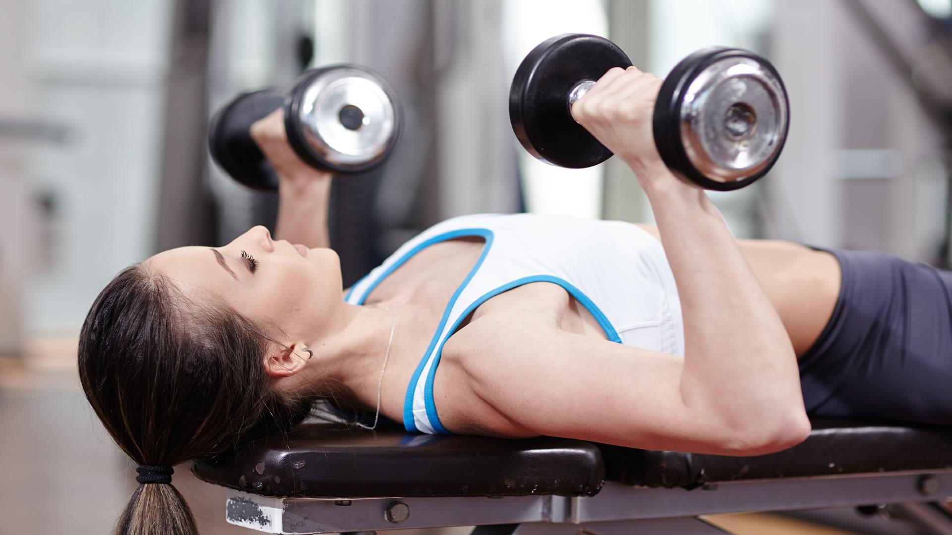 Упражнения для грудных мышц для девушек: правильная техника выполнения