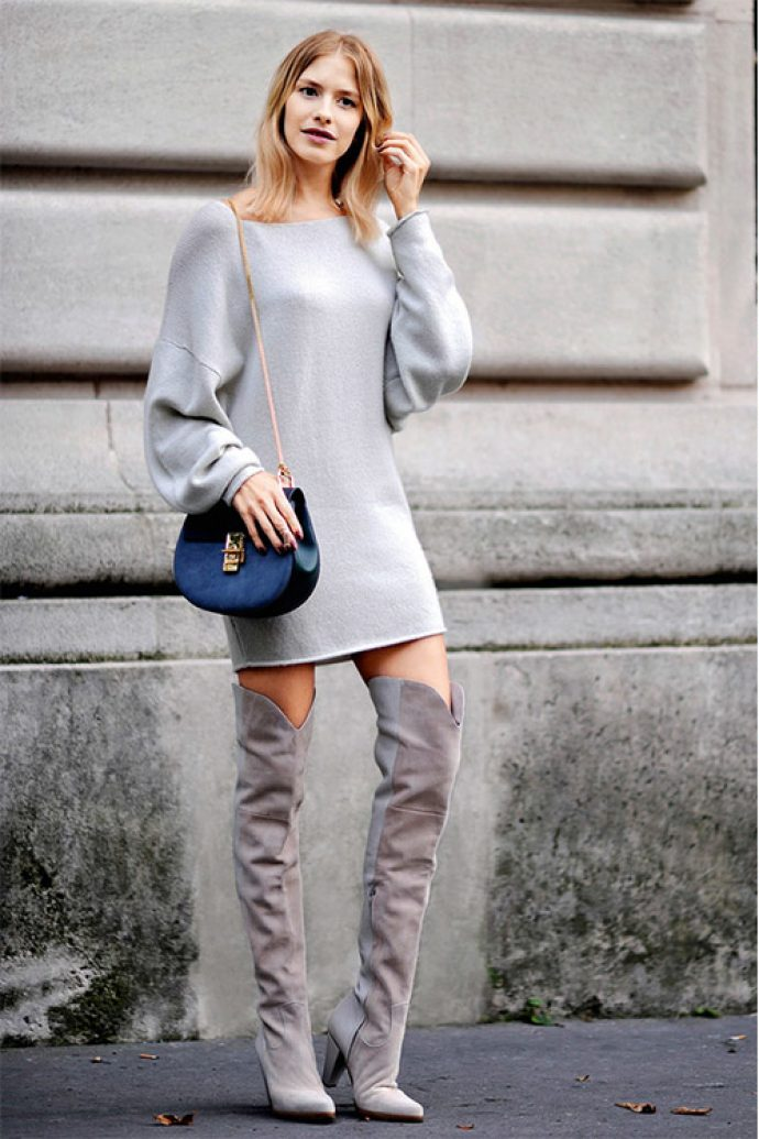 Девушка в сером платье и ботфортах