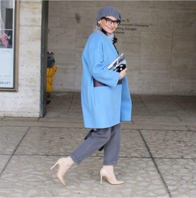 Эвелина Хромченко в пальто голубого цвета