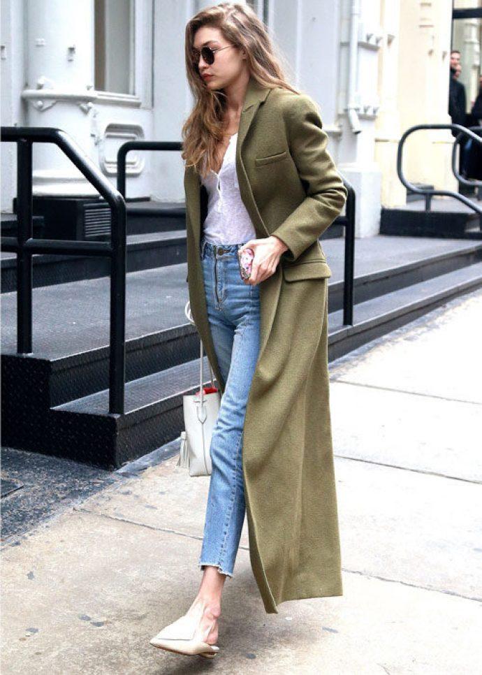 Девушка в длинном пальто зеленого цвета
