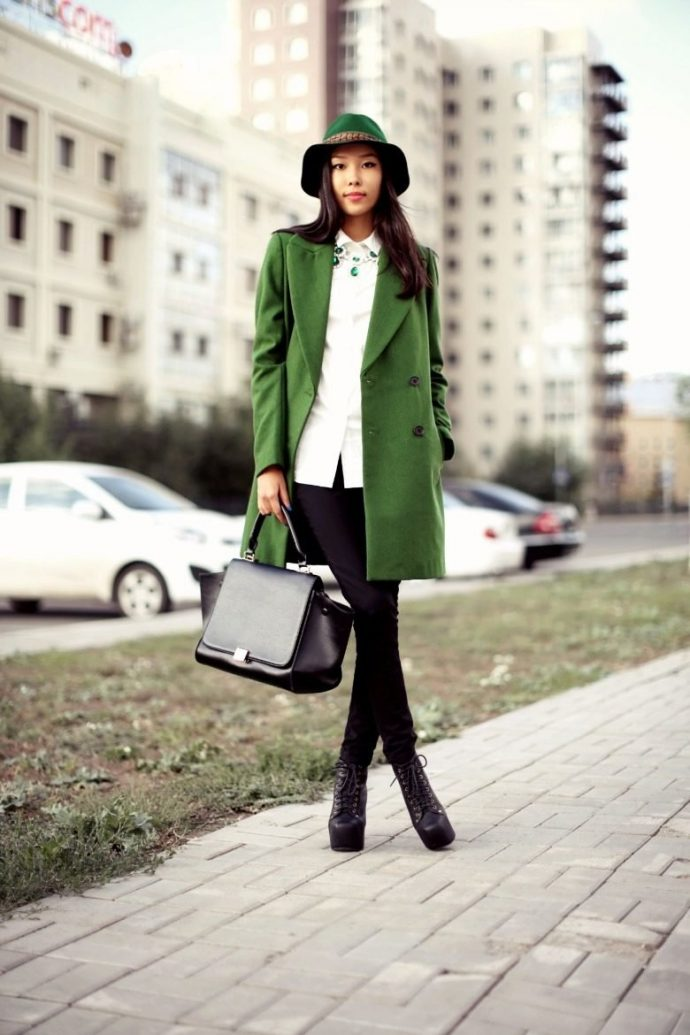 Девушка в зеленом пальто