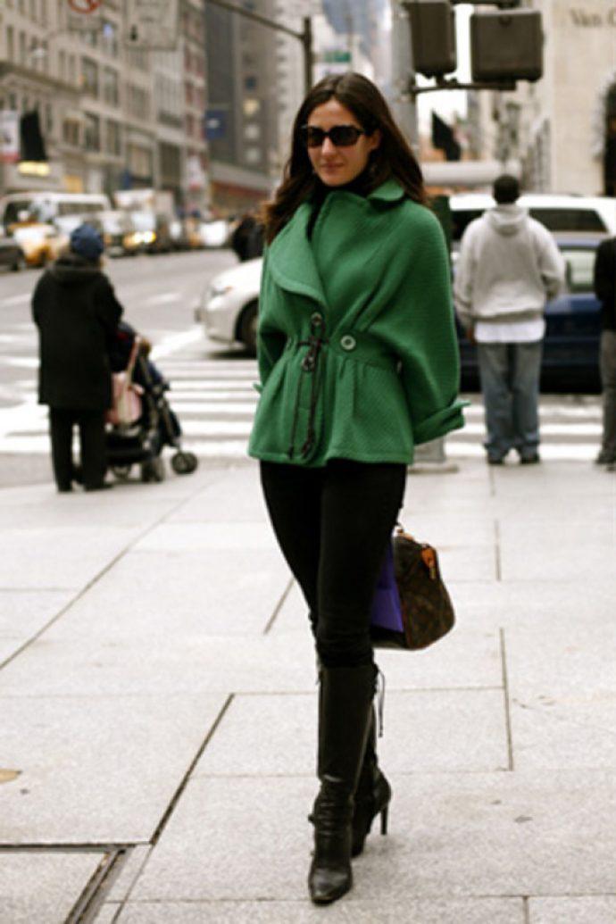 Девушка в зеленом полупальто