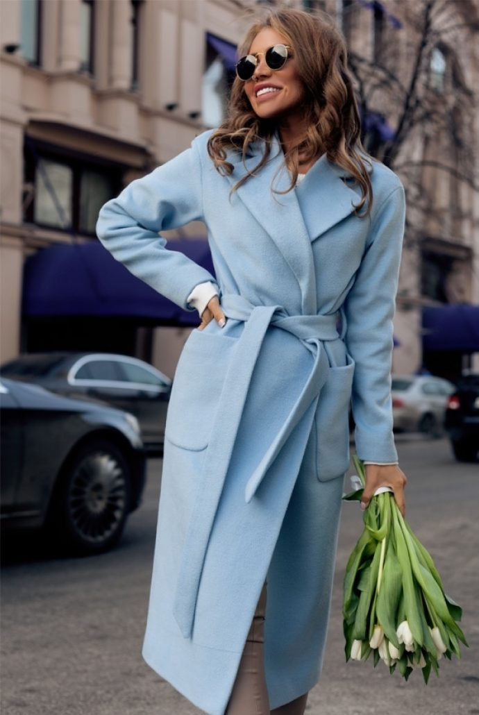 Девушка в пальто-халате голубого цвета