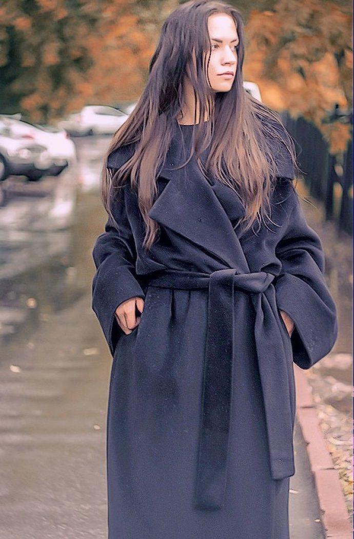Девушка в пальто-халате черного цвета