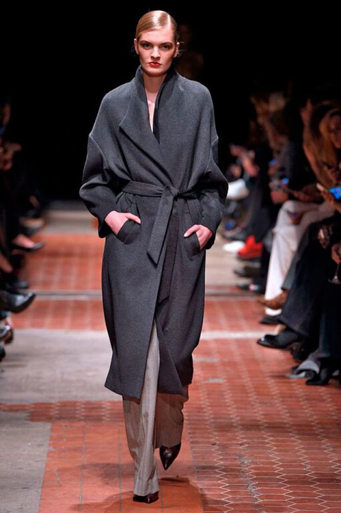 Девушка в пальто-халате темного-серого цвета
