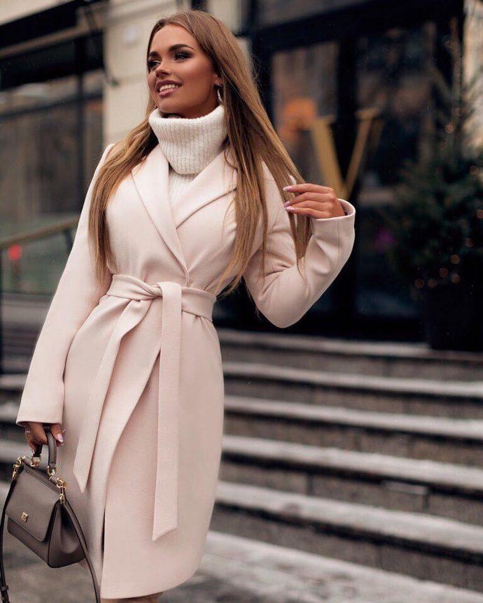 Девушка в пальто-халате нюдового оттенка