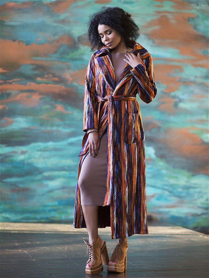 Девушка в ярком пальто-халате