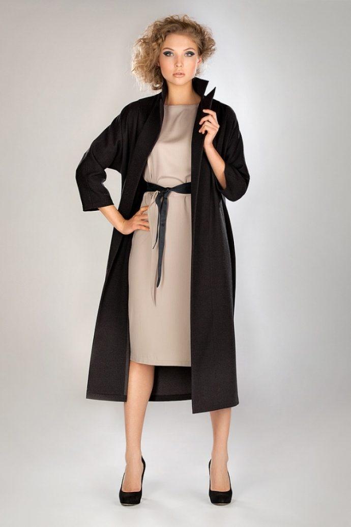 Девушка в черном пальто-халате