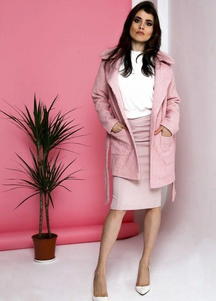 Девушка в розовом платье-халате