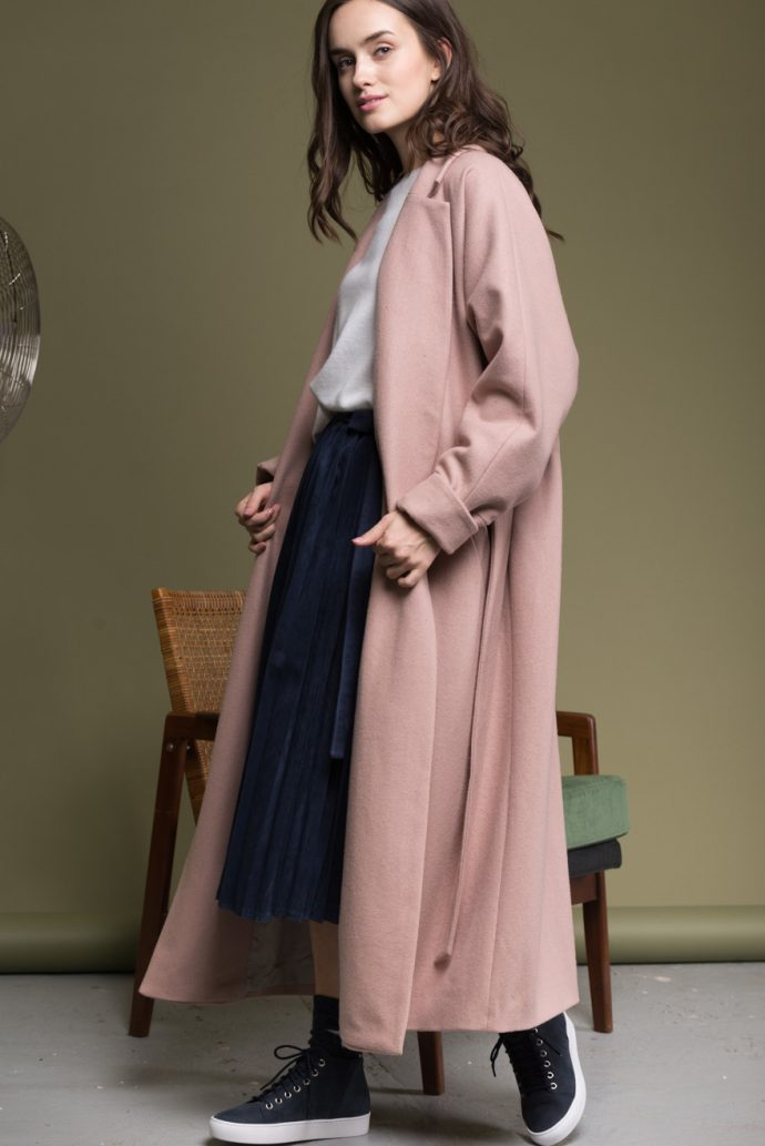 Девушка в пальто-халате нюдового цвета