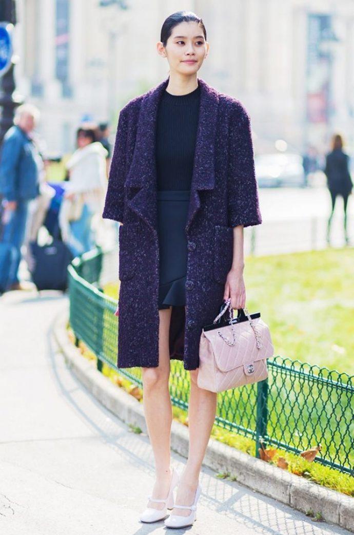 Девушка в пальто-халате темного цвета