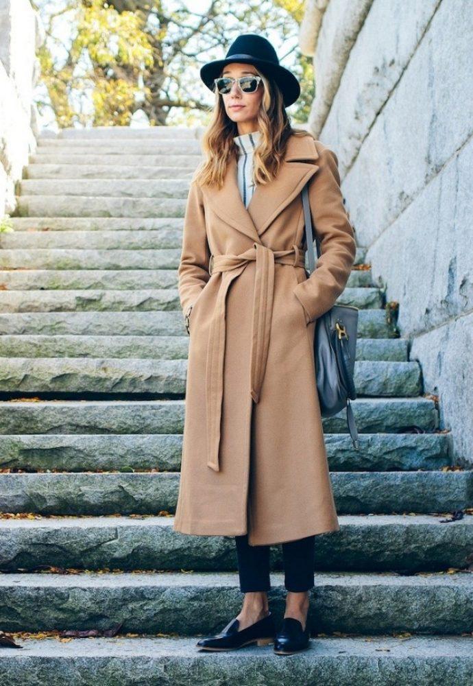Девушка в пальто-халате бежевого цвета