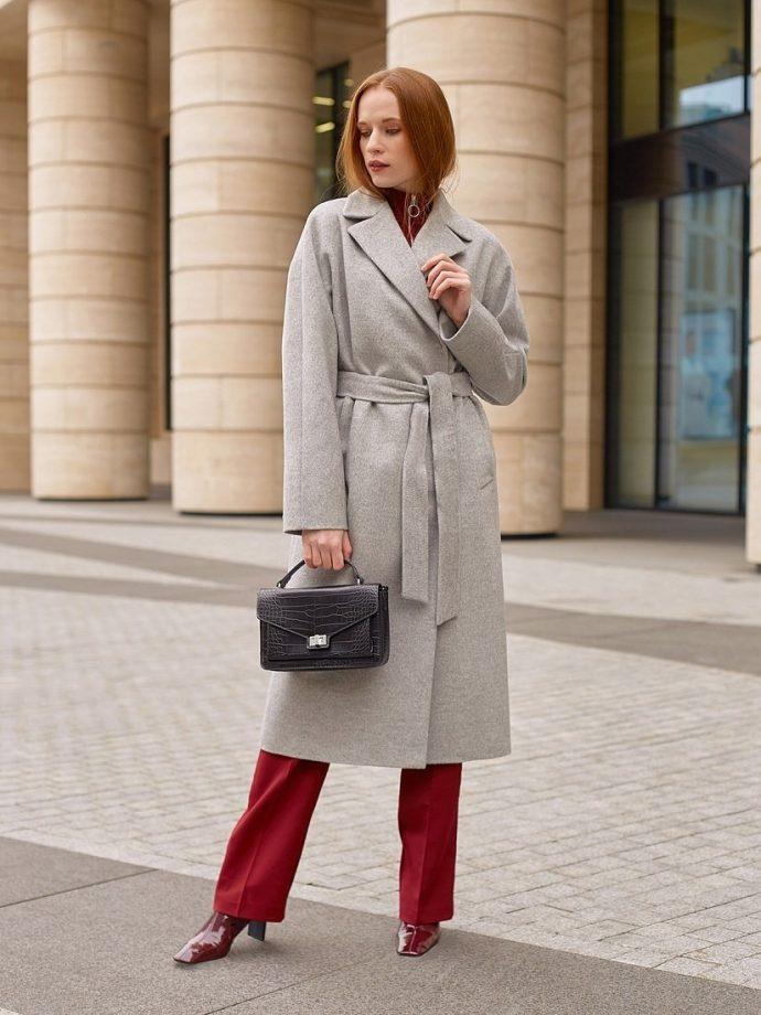 Девушка в пальто-халате серого цвета