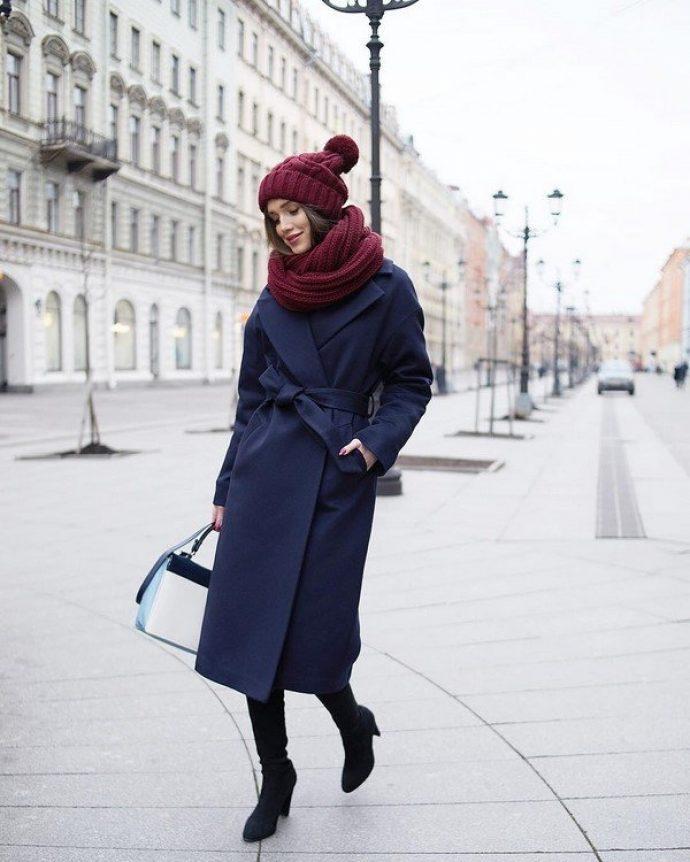 Образ с пальто-халатом темно-синего цвета