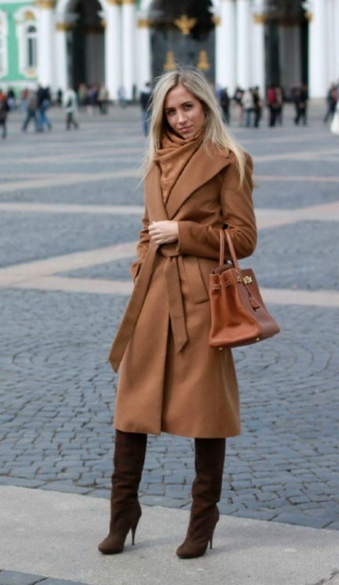 Образ с пальто-халатом коричневого цвета