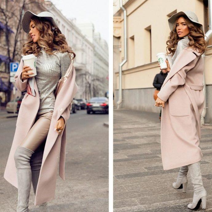 Девушка в розовом пальто-халате и шляпе