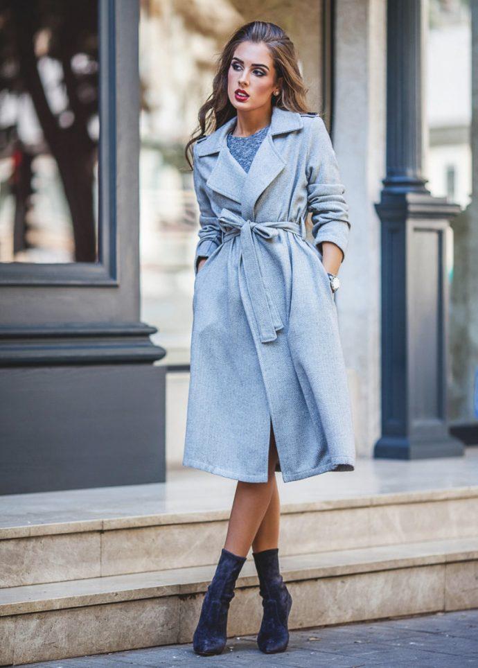 Образ с пальто-халатом голубого цвета