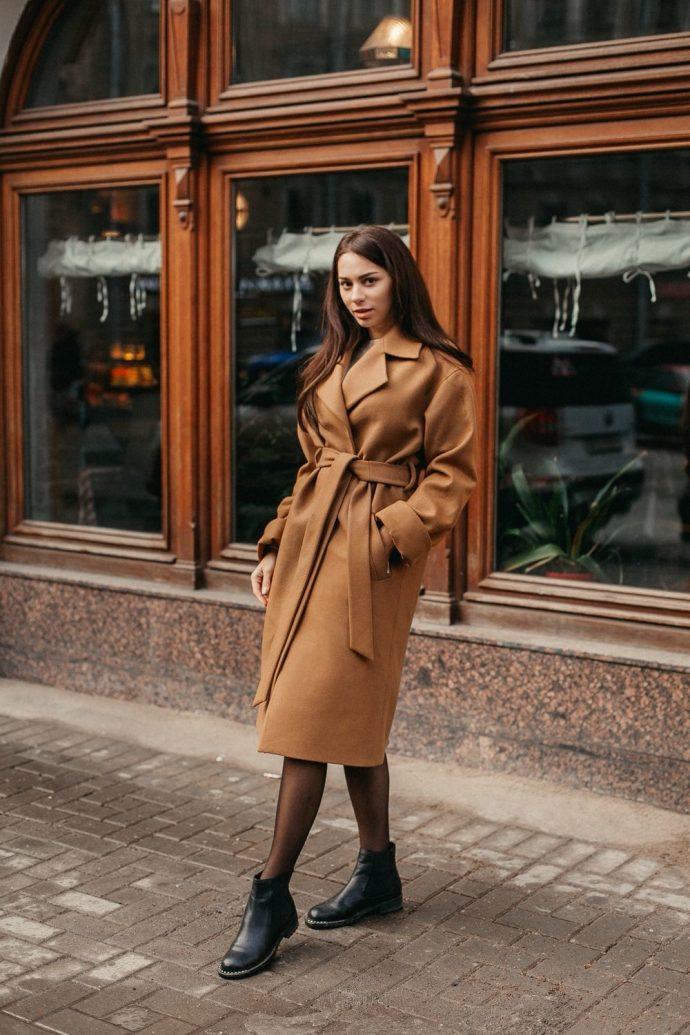 Девушка в пальто-халате коричневого цвета
