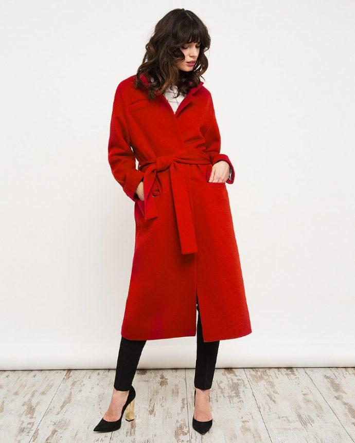 Девушка с пальто-халатом красного цвета