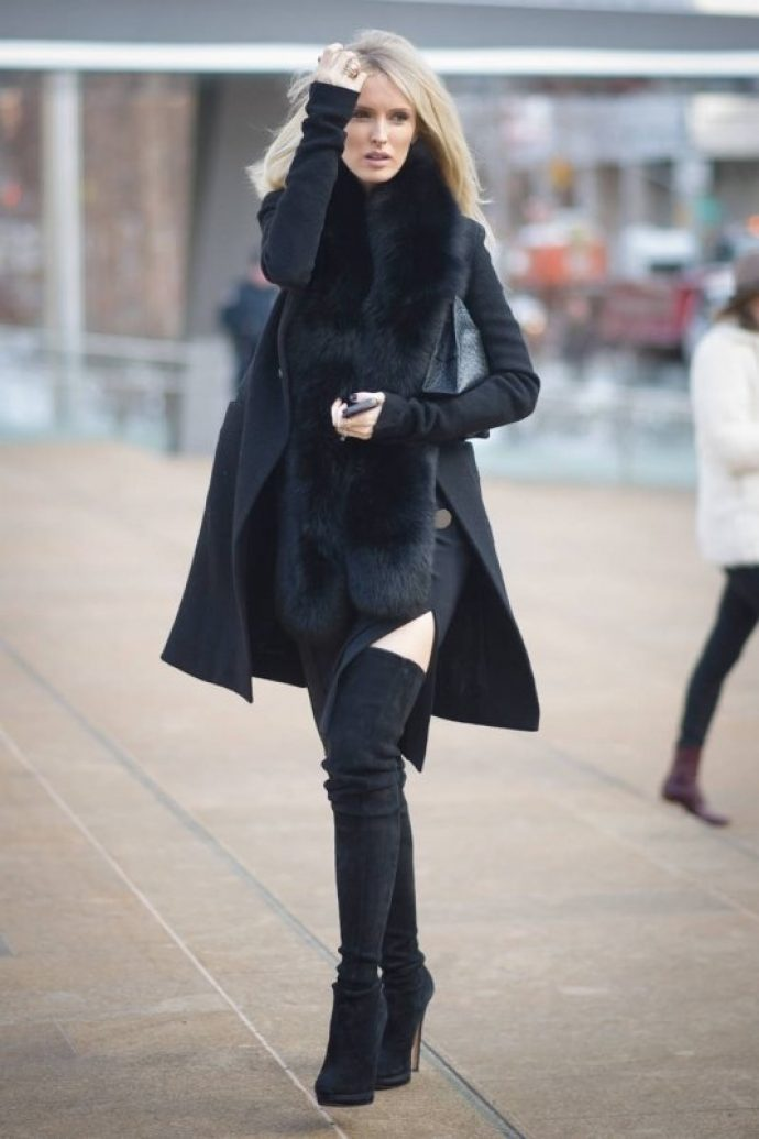 Девушка в темном пальто-халате