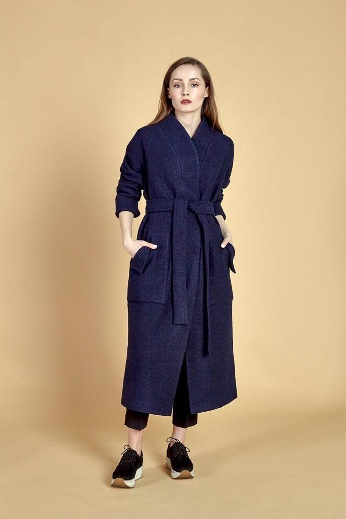 Девушка в синем пальто-халате
