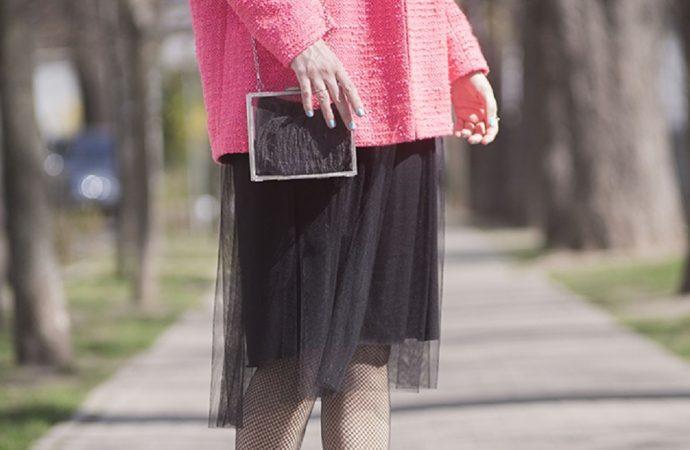 Девушка в розовом пальто и черной юбке