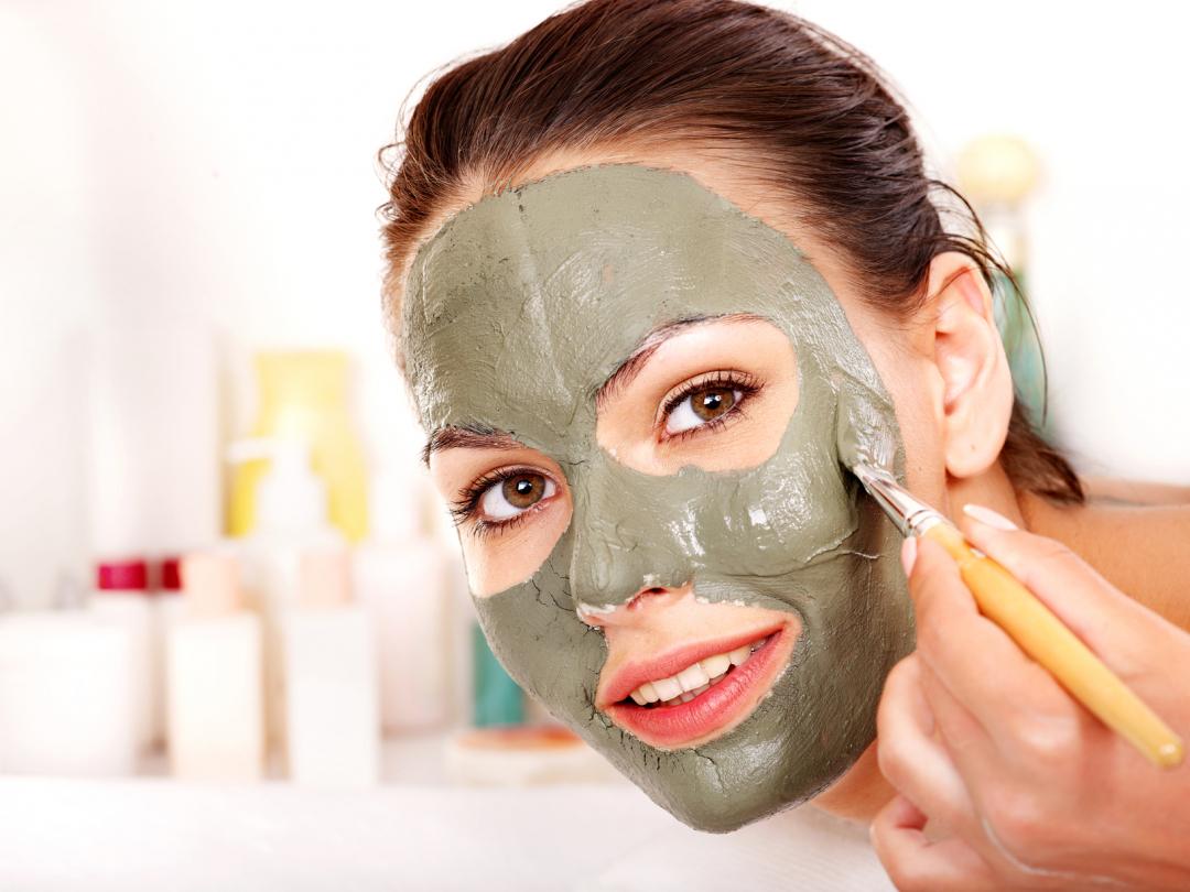 Нанесение очищающей маски на лицо