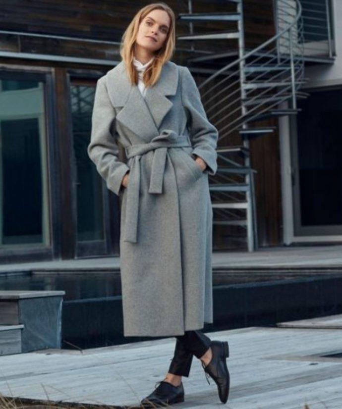 Девушка в сером пальто-халате