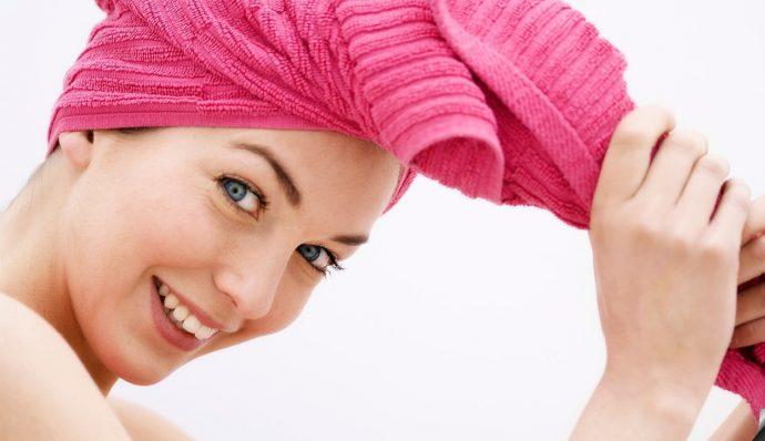 Девушка завернула волосы в полотенце
