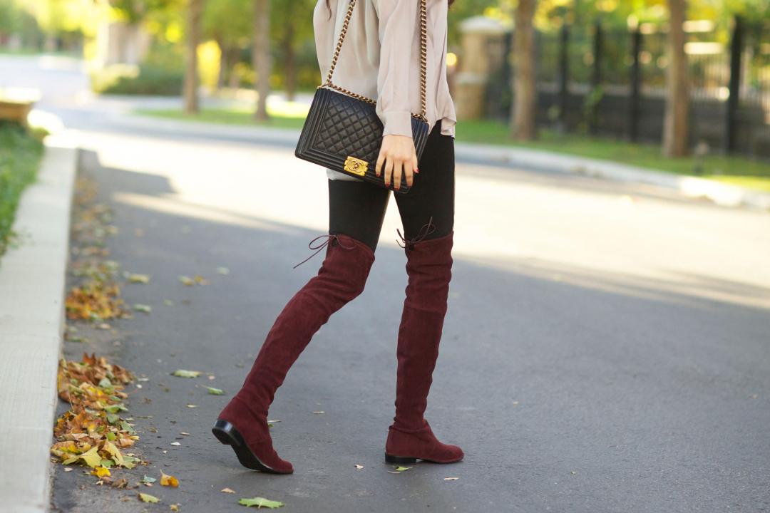 Девушка в сапогах бордового цвета