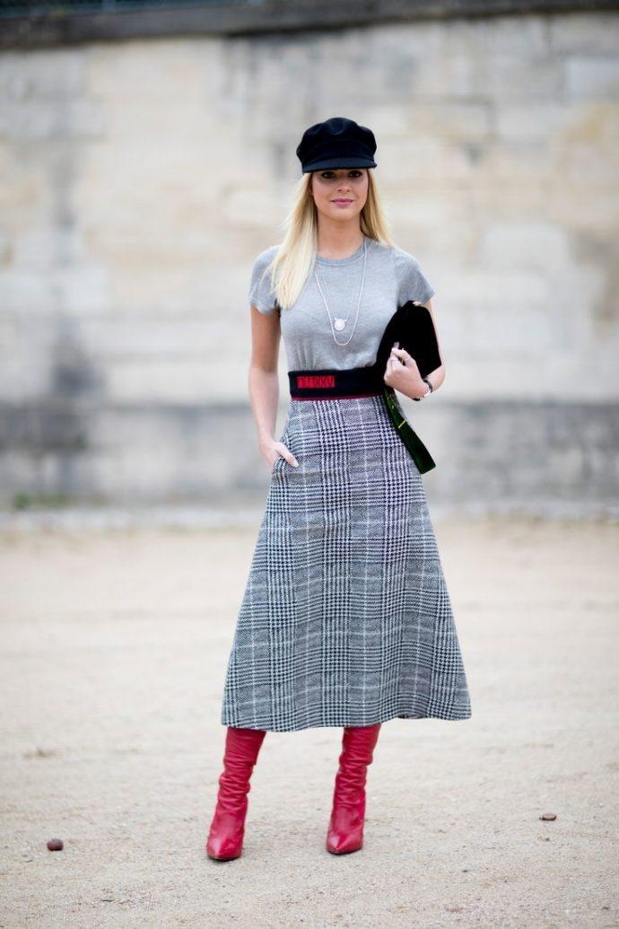 Сочетание предметов гардероба и аксессуаров с сапогами красного цвета
