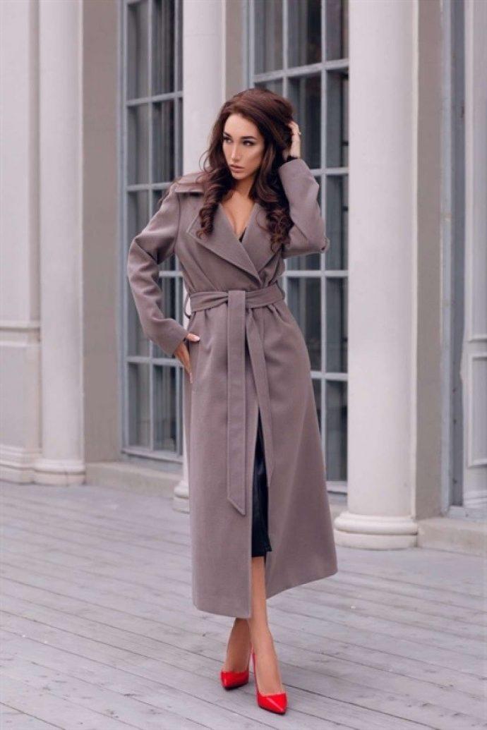 Девушка с пальто-халатом серого цвета