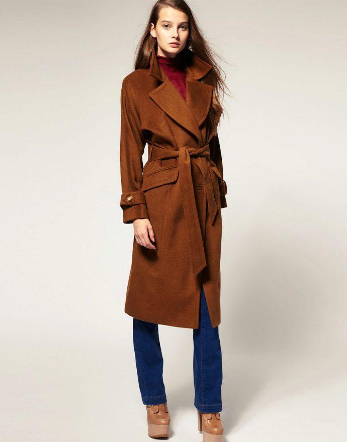 Девушка в коричневом пальто-халате
