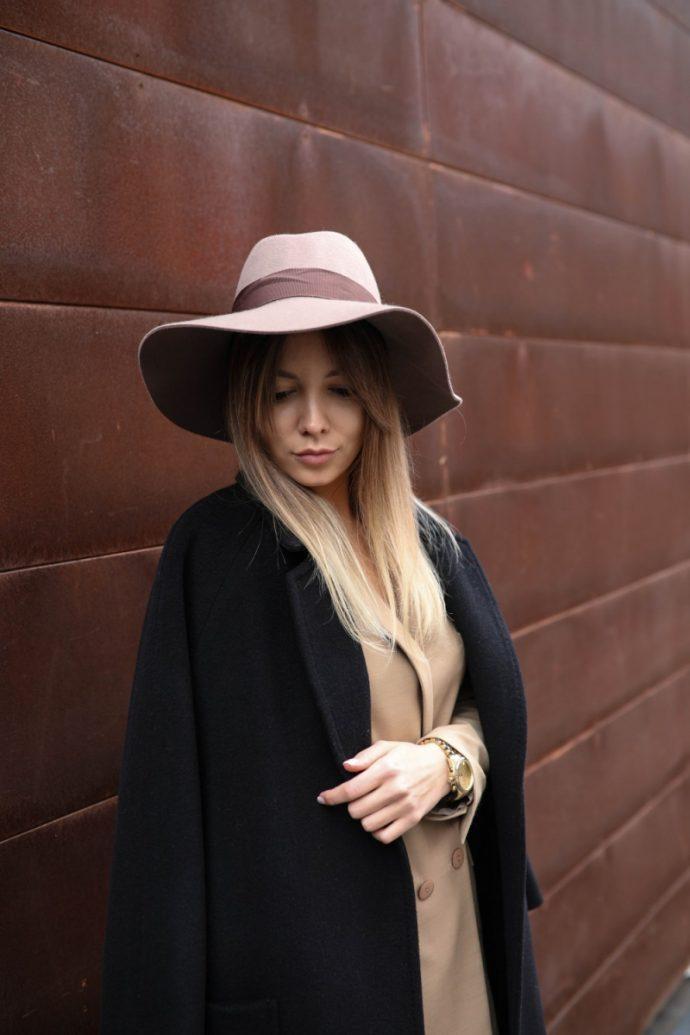 Девушка в шляпе и черном пальто