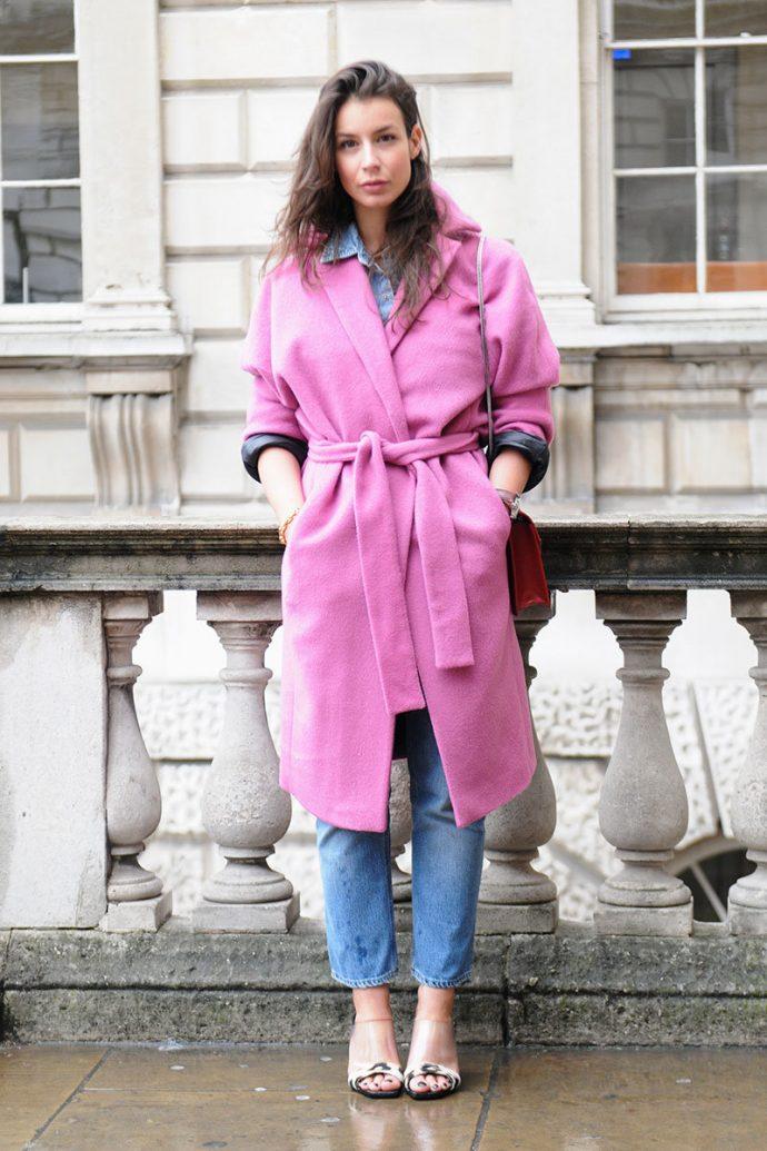 Девушка в розовом пальто-халате