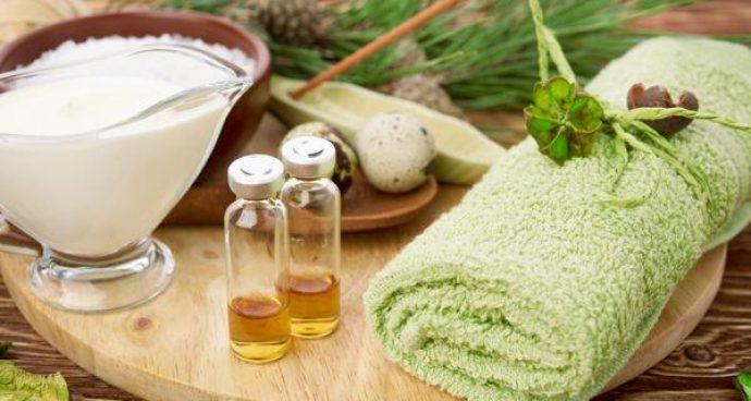 Флаконы с маслом чайного дерева, полотенце