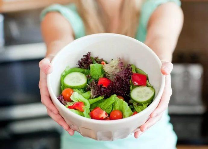 Салат в белой миске
