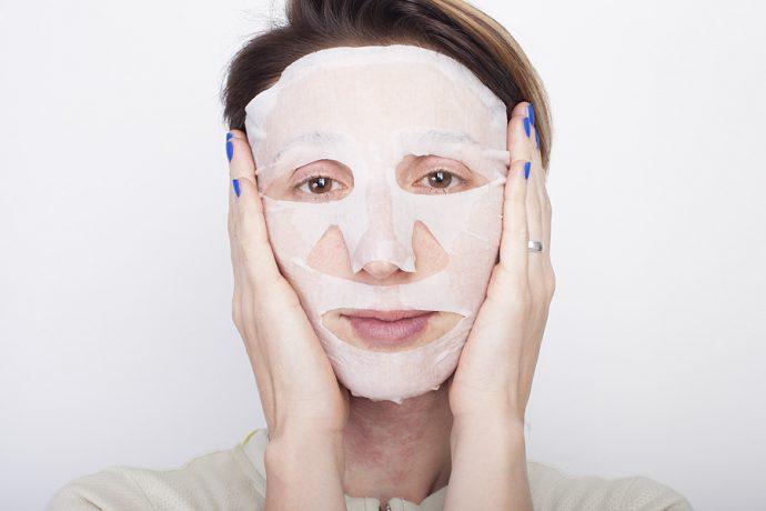 Тканевая маска на лице девушки
