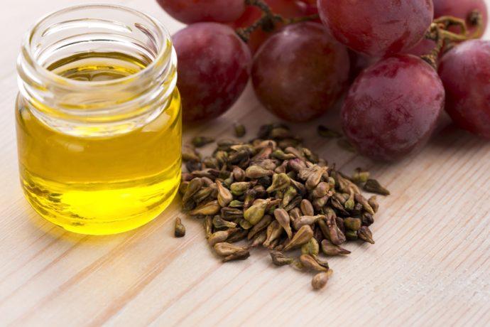 Масло виноградных косточек в прозрачной баночке