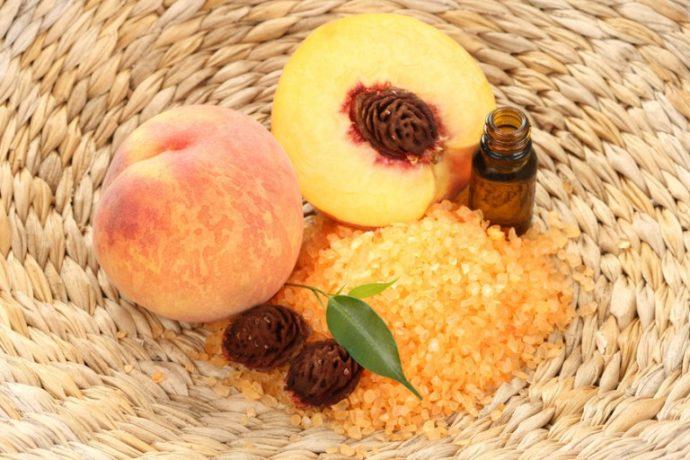 Персиковое масло и персики в корзине