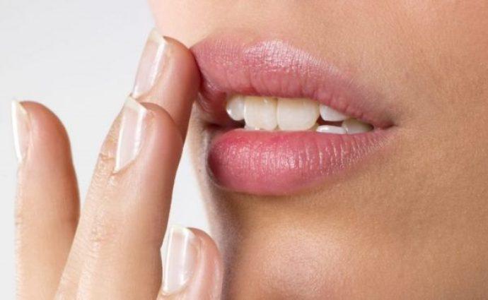 Девушка трогает губы