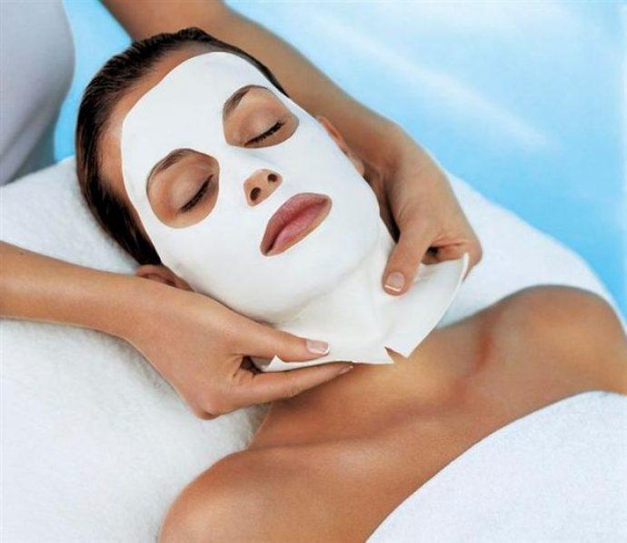 Нанесение альгинатной маски, помогающей избавиться от морщин