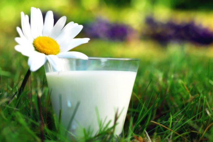 Молоко в прозрачном стакане