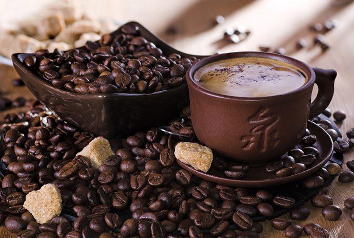 Зёрна кофе и одноимённый напиток в кружке