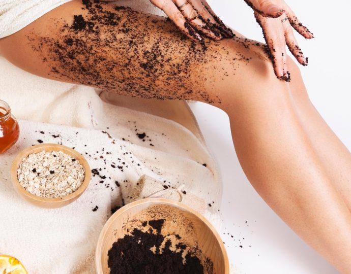Девушка наносит на кожу кофейный скраб в домашних условиях
