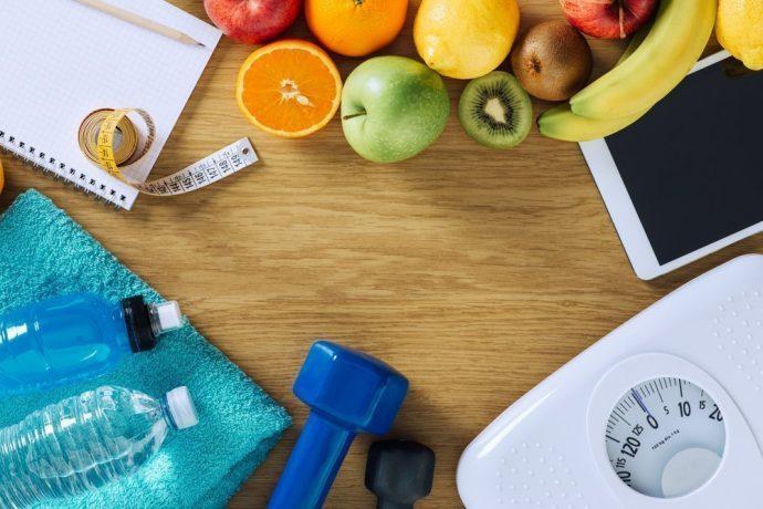 Фрукты, весы, гантели и вода в бутылках — атрибуты здорового образа жизни
