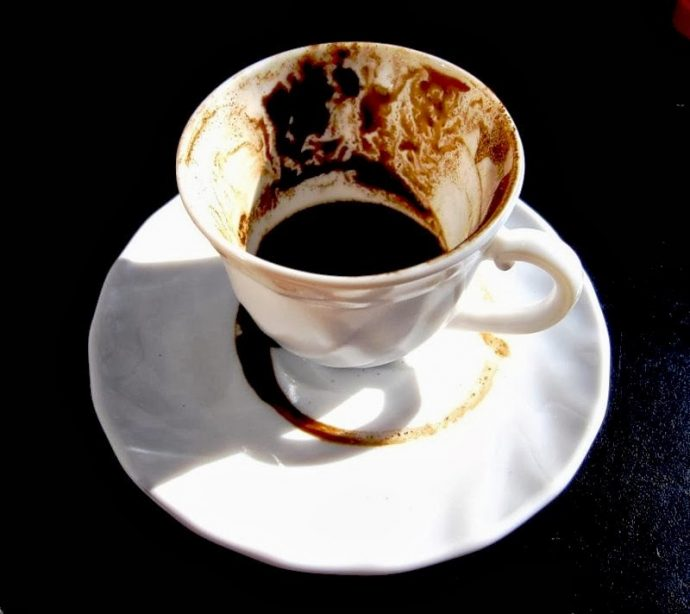 Кофейная гуща в белой чашке