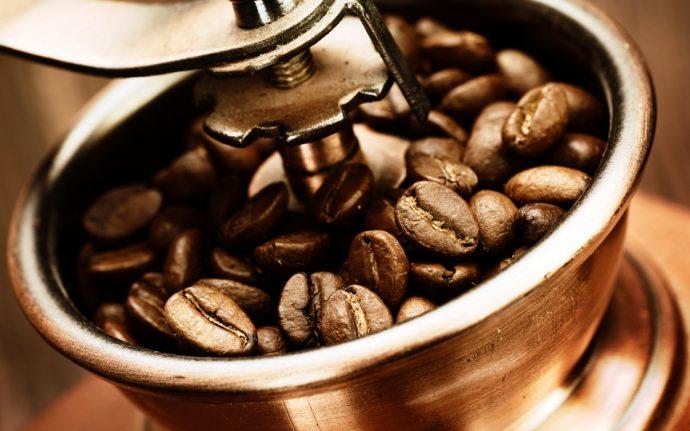 Кофейные зёрна в кофемолке
